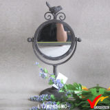 Piccolo specchio francese vestentesi dell'annata incorniciato metallo