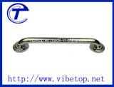 El tubo hueco/la puerta de cristal y de madera tiran adentro de la manija del acero inoxidable