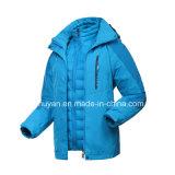 Сгущенный зимой пузырь куртки вниз