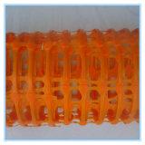 Naranja plástico de seguridad de advertencia cerca de la barrera