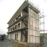 Magazzino della struttura d'acciaio con l'edificio per uffici