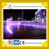 Взаимодействующий освещенный фонтан нот с динамической формой воды