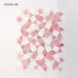 台所Backsplashのための三角形のピンクおよび白いガラスタイルのモザイク
