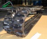 A máquina escavadora segue as trilhas de borracha (250*52.5k)