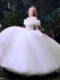 肩は波立たせる白いテュルの夜会服のウェディングドレス(夢100091)を