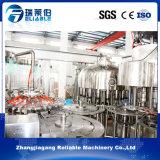 Máquina de rellenar plástica automática llena del agua mineral de la botella