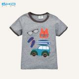 Bambino pettinato del cotone che porta la maglietta su ordinazione del bambino di formato