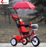 Drei Rad-Baby-Spaziergänger mit Regenschirm
