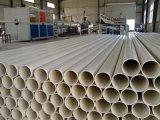 Tubulação da drenagem do PVC que faz a máquina