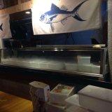 Escaparate comercial del sushi para el servicio de la comida fría