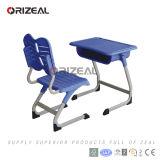 プラスチック机および椅子が付いている小学校の家具