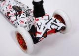 3つの車輪の子供の蹴りのスクーター