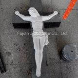 예수 교차하는 조각품을 새기는 백색 대리석 손