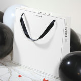 Aufbereitete Dame-Papierträger-Beutel für Kleidung