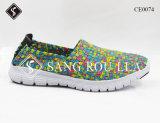 方法子供および大人の織り方の歩くスニーカーの靴