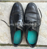 Los zapatos venden al por mayor los zapatos usados para el hombre, la señora y el niño