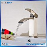 Nuovo miscelatore del bacino della stanza da bagno del nichel spazzolato di disegno ottone