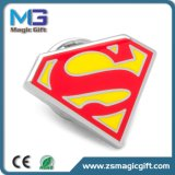 Heiße Verkäufe passten synthetischen Decklack-Supermann-ReversPin an