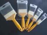 Pennello nero della setola con la maniglia di legno di colore giallo