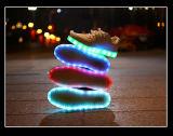 여자는 LED 가벼운 운동화를 도매한다