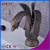 Fyeer ennegreció el grifo del lavabo del cisne