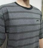 人の縞のTシャツ