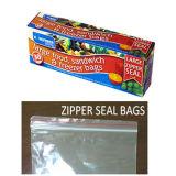 [لدب] عالة بلاستيكيّة يعبّئ حقيبة مع مزلق