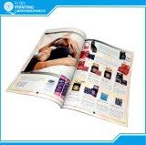 Frauen, die Drucken des Katalog-A4 kleiden