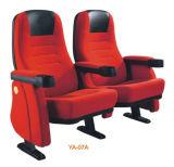 Silla del auditorio del teatro del asiento de la silla que espera de la película pública moderna del cine