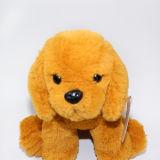 Plüsch angefüllter kleiner goldener Hund