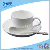 Weiße keramische Kaffeetasse mit Löffel