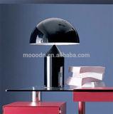 Lámpara de mesa de Vico Magistretti Geometría en color Bronce Metal seta por un hotel