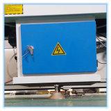 Perfis do PVC e do alumínio que cortam e máquina de processamento
