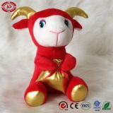 Pecore rosse con il giocattolo farcito nuovi capretti di buona fortuna molli