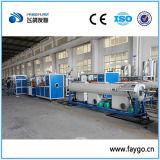 Tubulação elétrica do fio do PVC que faz a máquina
