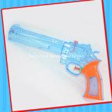 Juguete estupendo del arma de agua con el caramelo