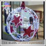 星が付いている大きい屋外の赤いクリスマスの球ライト