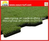 人工的な草のタイルをかみ合わせるDIY