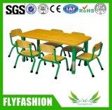 幼稚園の学校表および椅子の家具