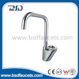 Faucet montado do misturador da cozinha do cromo da água fria plataforma quente de bronze