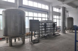 Agua pura que hace la máquina para el agua embotellada