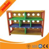 魅力的な子供の木の学校のおもちゃの棚