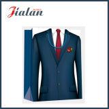 Kleider des preiswerten überzogenes Papier-Mannes, die Einkaufen-Träger-Geschenk-Beutel packen