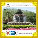 Piccole fontane di acqua esterne con la scultura dell'ananas