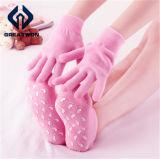Les soins du pied remettent la chaussette d'hydratation de gel de STATION THERMALE de talon de gel de peau de beauté de soin avec différentes couleurs