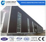 Edifício colorido claro do armazém da construção de aço