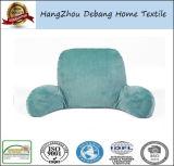 La casa adatta il cuscino di resto di base con le braccia