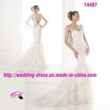 Schönes romantisches bördelndes Brautkleid mit V-Ausschnitt