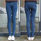 As calças de brim, calças ocasionais mostram finamente finamente a cor clara o dinheiro fácil