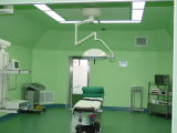 De medische Werkende die Zaal van de Chirurgie in het Ziekenhuis wordt gebruikt